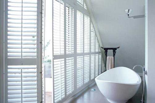 shuttersy w łazience, aranżacja z okiennicami wewnętrznymi dociętymi na wymiar