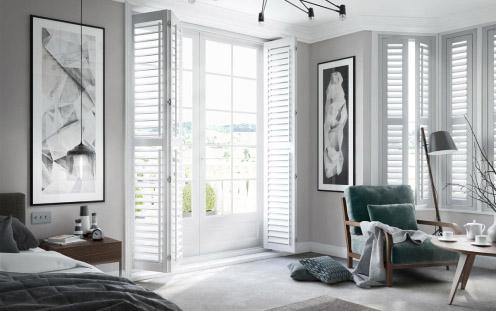 białe shuttersy wewnętrzne w salonie
