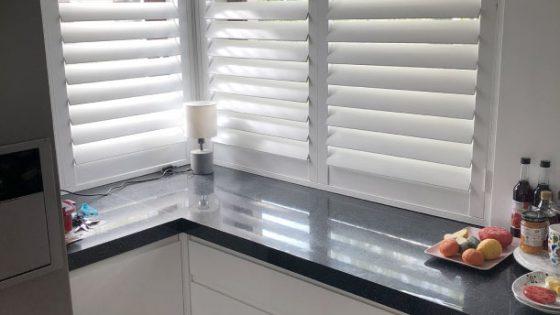 aranżacja z białymi shuttersami w kuchni