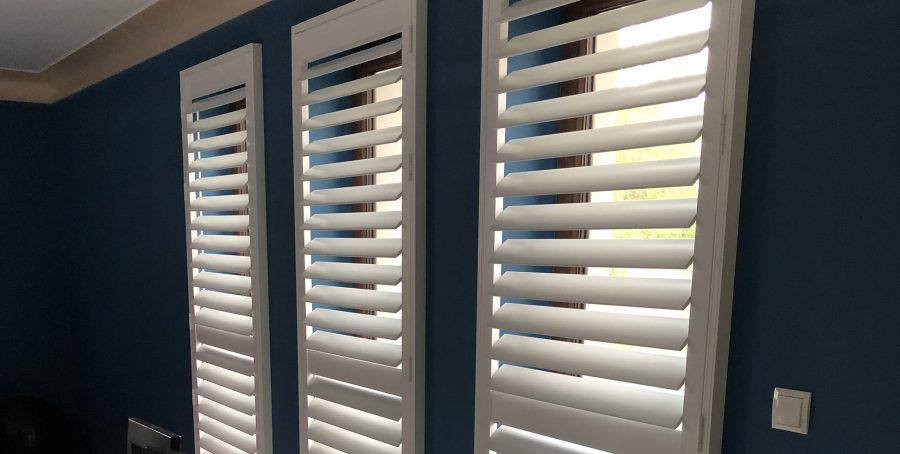 okiennice ozdobne, przykład wykorzystania shuttersów w salonie