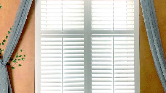 białe okiennice dekoracyjne, przykładowa aranżacja z shuttersami