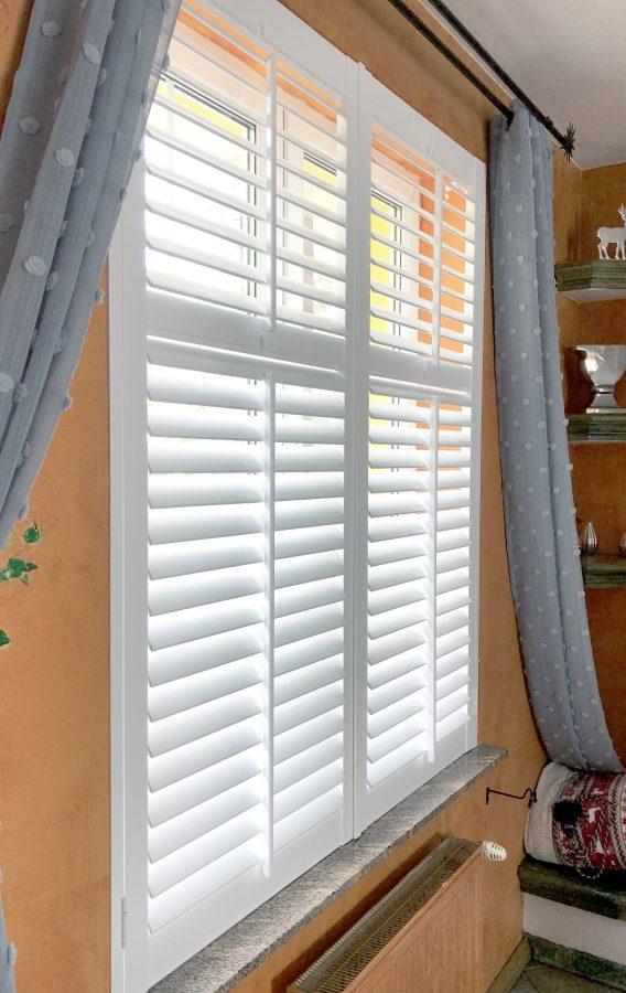 okiennice wewnętrzne, przykładowa aranżacja pokoju z białymi shuttersami