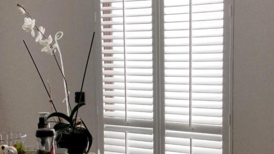 shutters, okiennice dekoracyjne w pokoju dziennym