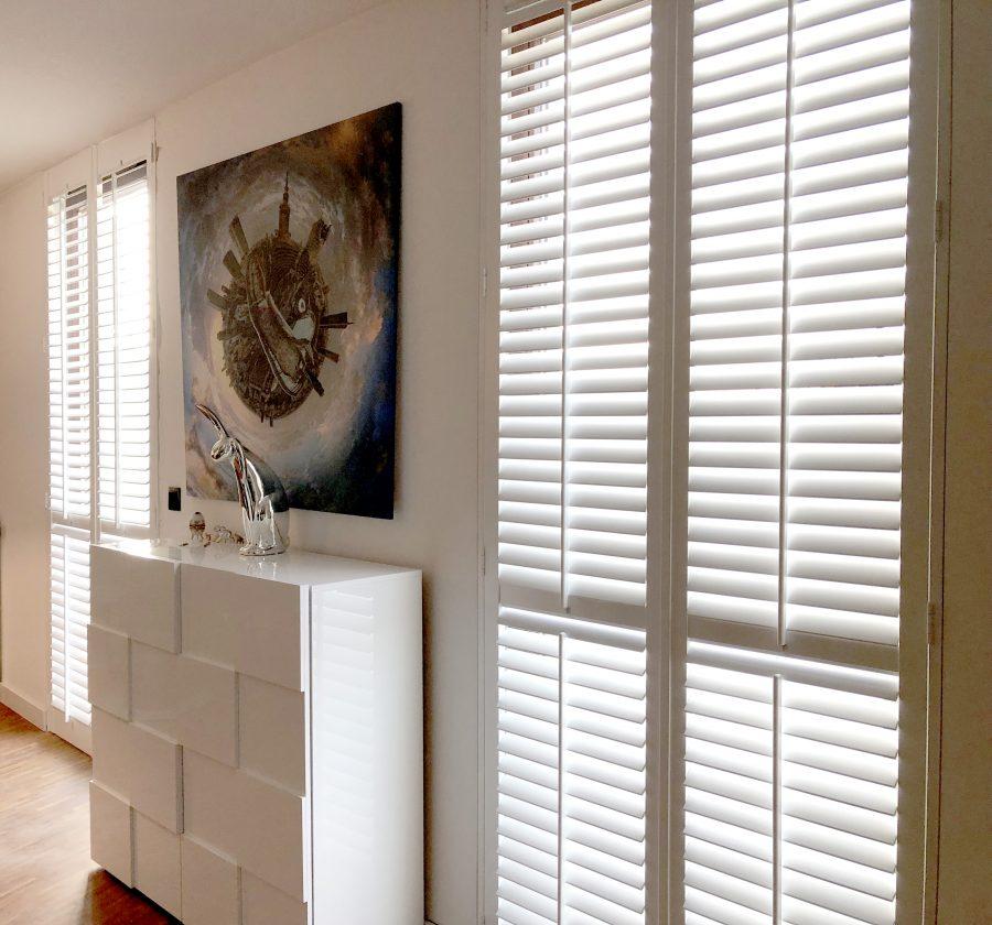 białe shuttersy w pokoju dziennym, przykładowa aranżacja