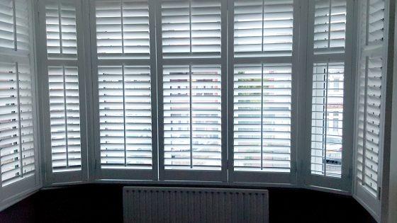 nowoczesne okiennice dekoracyjne, shuttersy białe