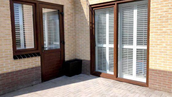 shuttersy na okiennicach i drzwiach widziane z zewnątrz
