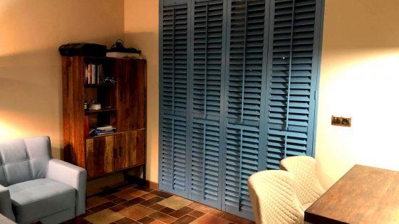 niebieskie okiennice wewnętrzne shutters w pokoju