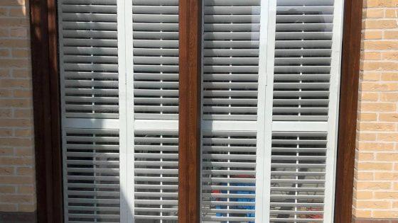 okno z shuttersami widziane z zewnątrz