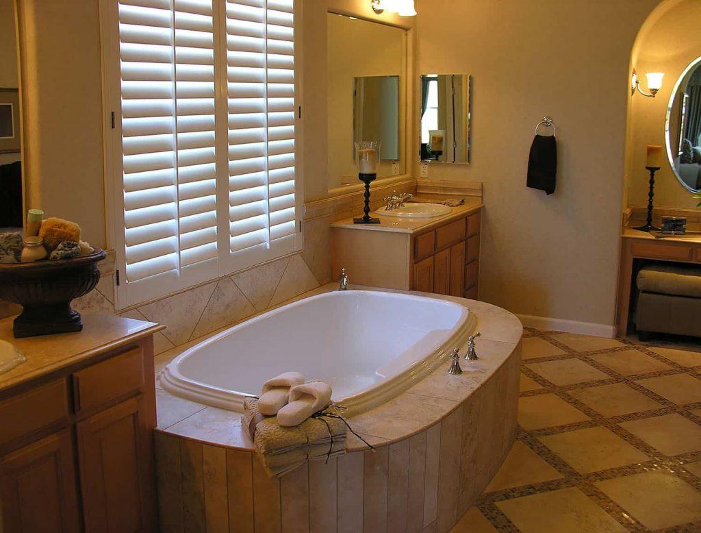 Elegancka łazienka kolonialna z roletami wewnętrznymi w oknie