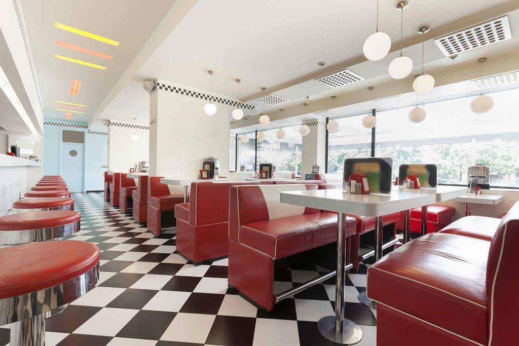 Wystrój restauracji w stylu amerykańskich lokali z lat 50.