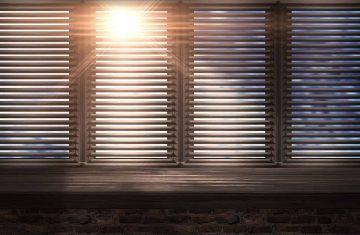 Ciemne drewniane okno osłonięte drewnianymi żaluzjami