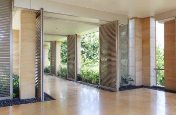 Nowoczesna aranżacja korytarza z wykorzystaniem paneli przesuwnych shuttersów na rolkach