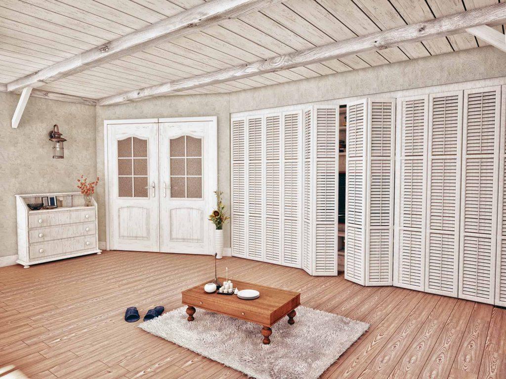 Monochromatyczne shuttersy we wnętrzu w stylu prowansalskim, gdzie wykorzystane są jako drzwi do szafy